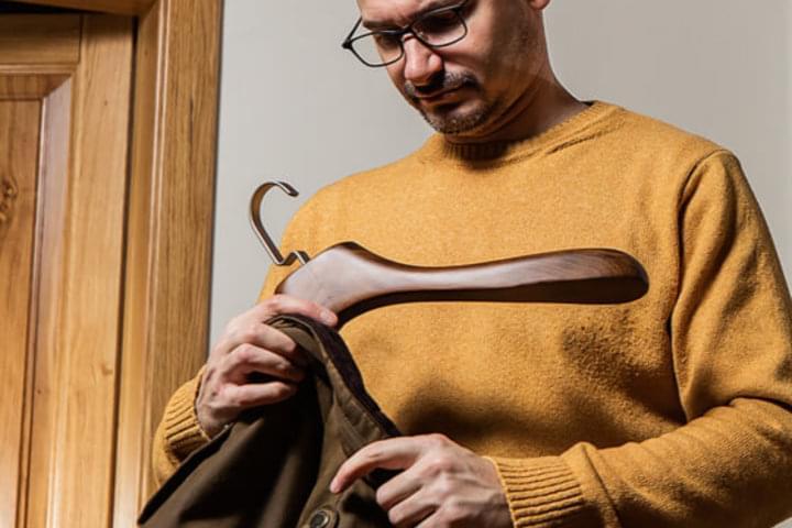 A ruha-vállfák a nehéz ruhadarabokat is elbírják.