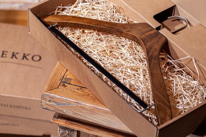 Az ing-vállfa ajándék csomagolása